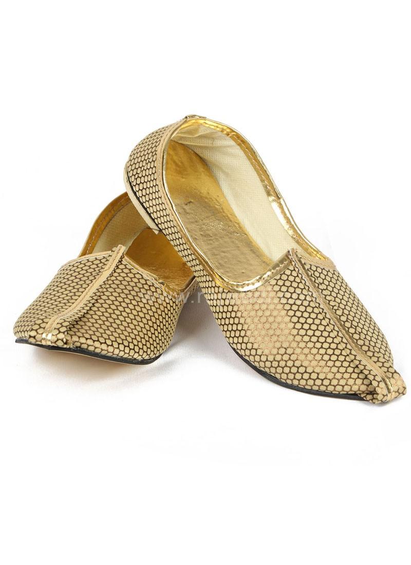 Attractive Golden coloured Mojari