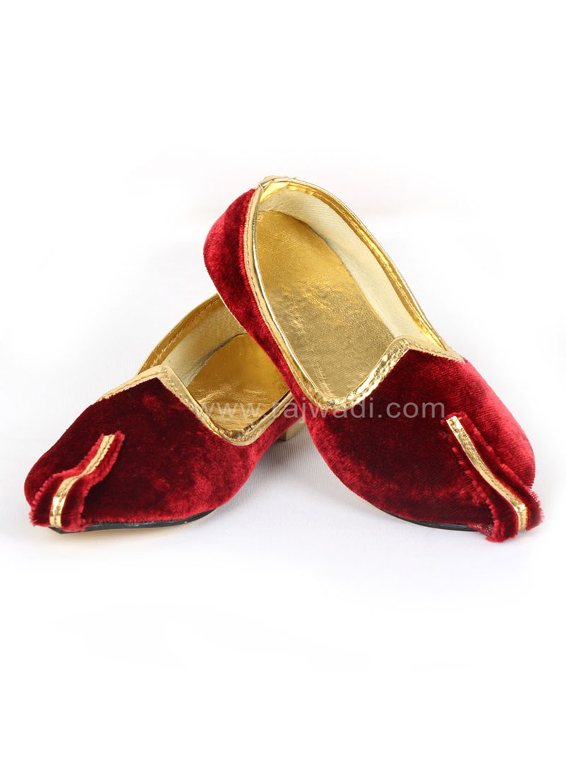 Attractive Maroon coloured Mojari