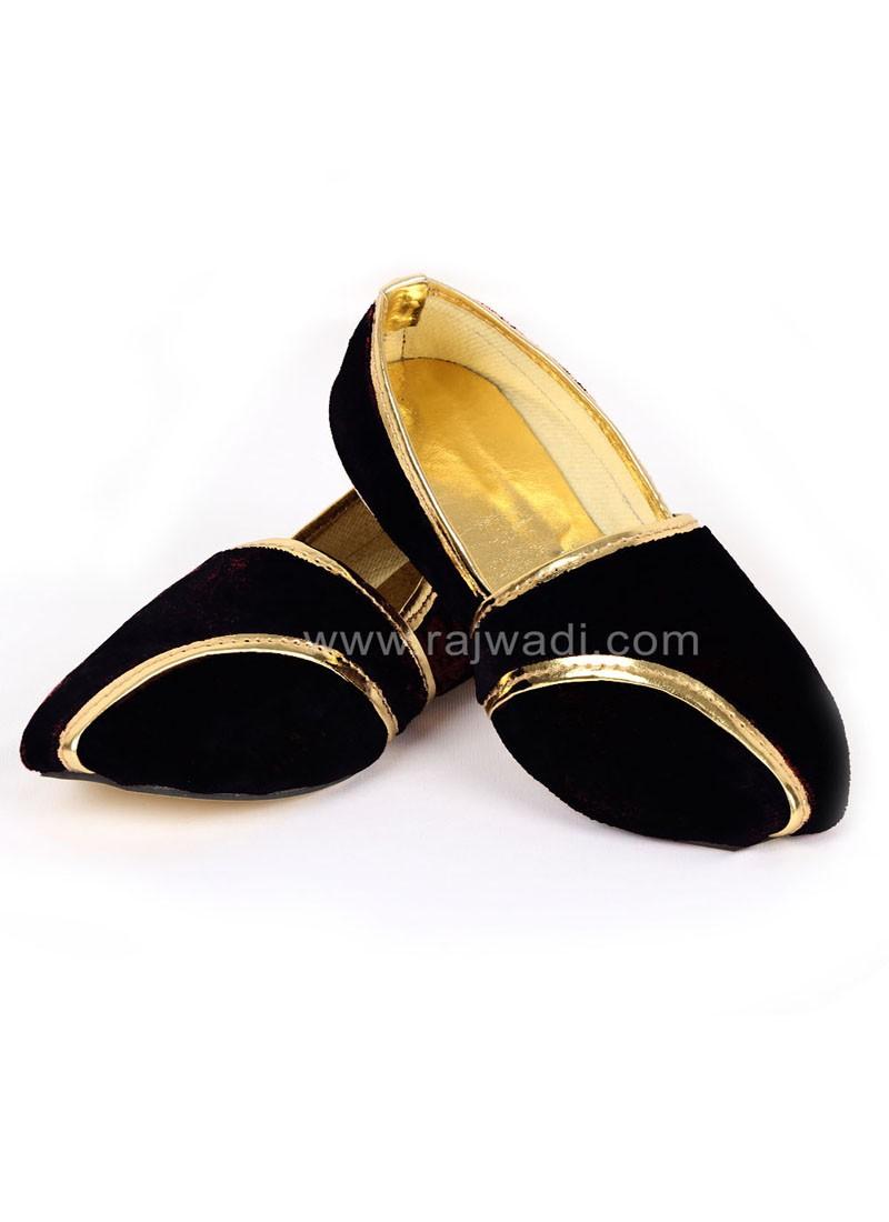 Awesome Black coloured Mojari