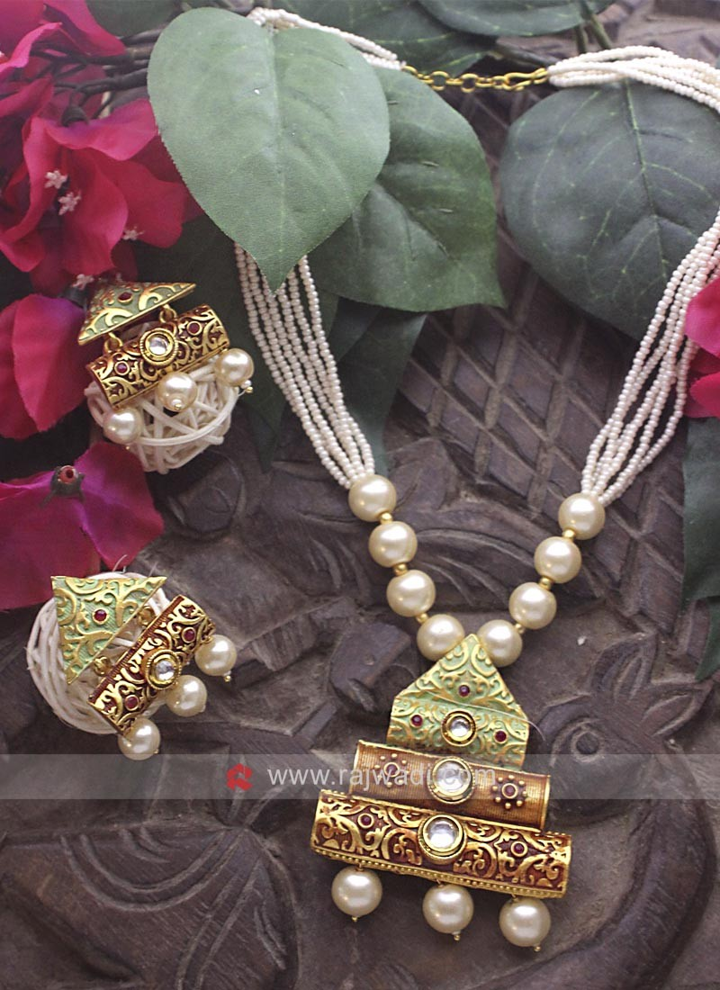 Golden Triangle Shaped Pearl Necklace Set