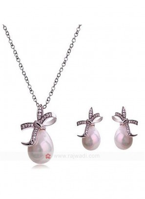 Pearl N The Bow Silver Pendant Set