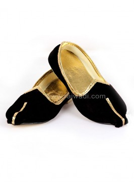 Winsome Black coloured Mojari